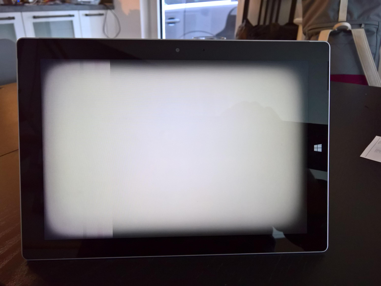 Surface - weißer Bildschirm, schwarze Ecken, Streifen